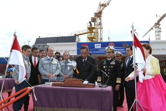 24일 경남 거제 옥포조선소에서 열린 인도네시아 잠수함 진수식에서 리아미잘드 리아꾸두 인도네시아 국방장관이 진수테이프를 끊고 있다. /대우조선해양 제공