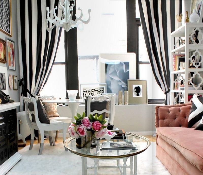 salon blanc et noir décoré de rideaux rayés et canapé corail comme