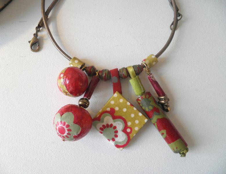 collier multi breloques fleurs et pois
