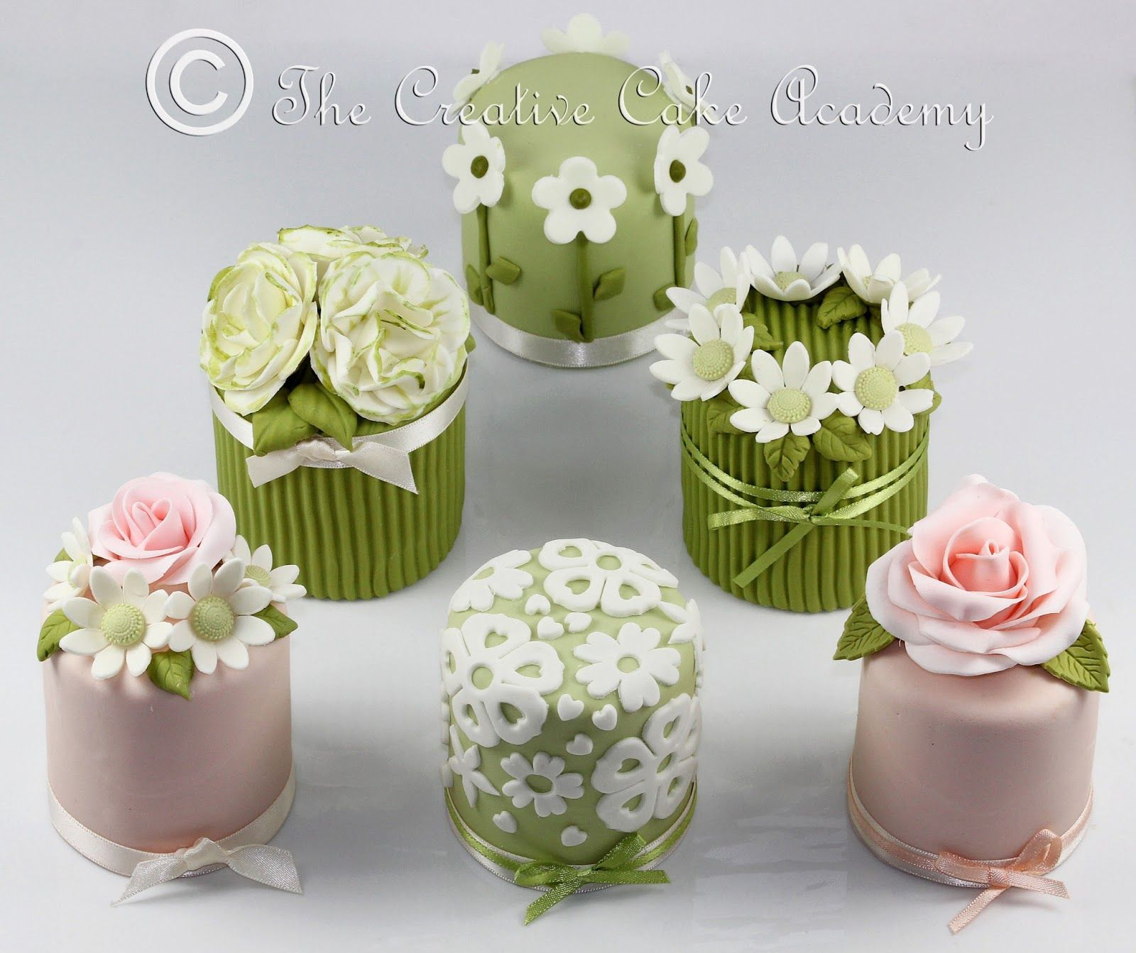 how to decorate mini wedding cakes how to decorate mini cakes the creative cake academy 15677