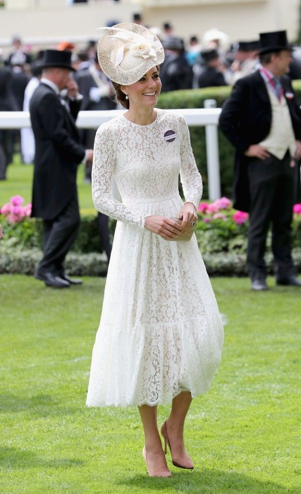 Belle robe blanche en dentelle