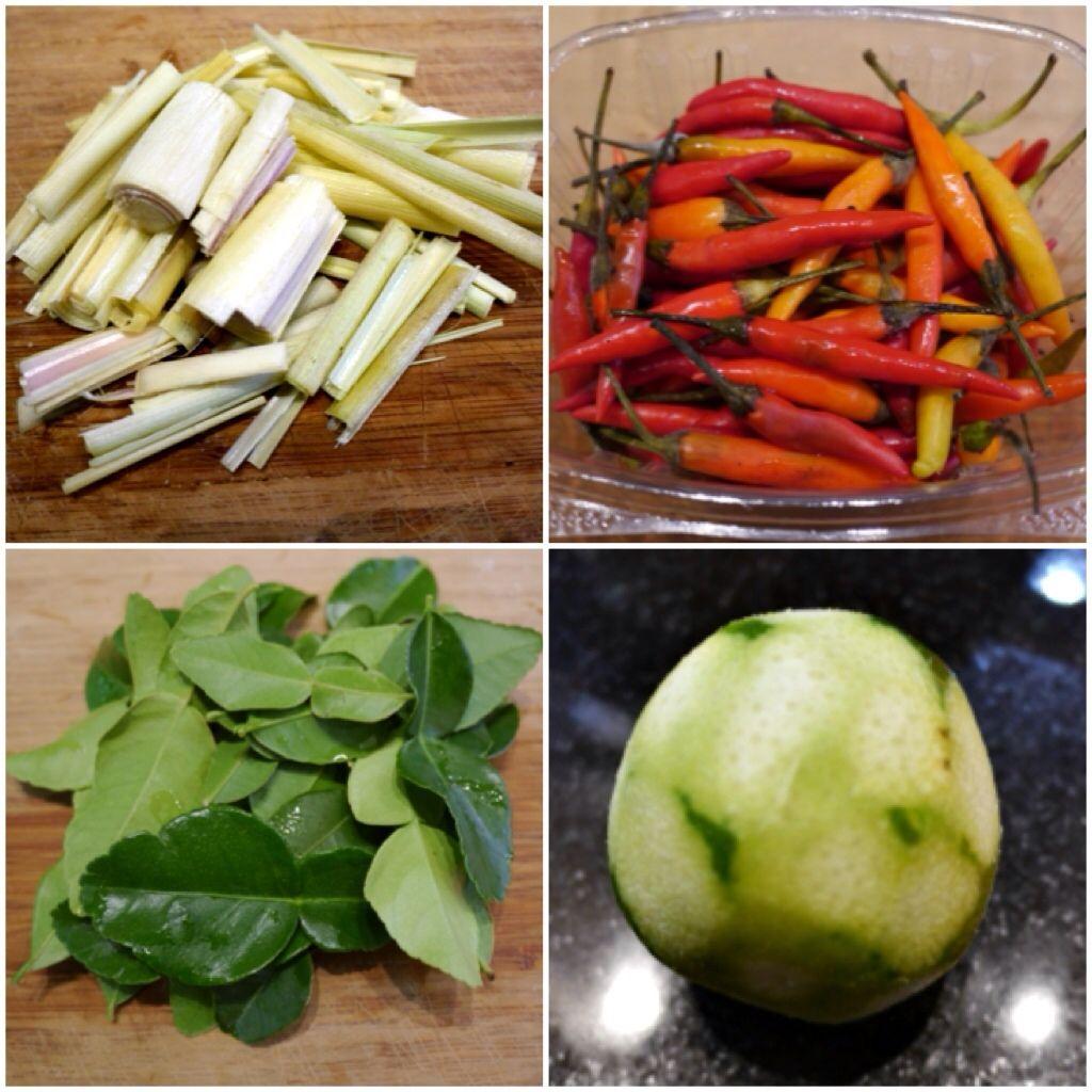 Asiatische Küchenutensilien lemongrass above left chili above right kafir lime leaves