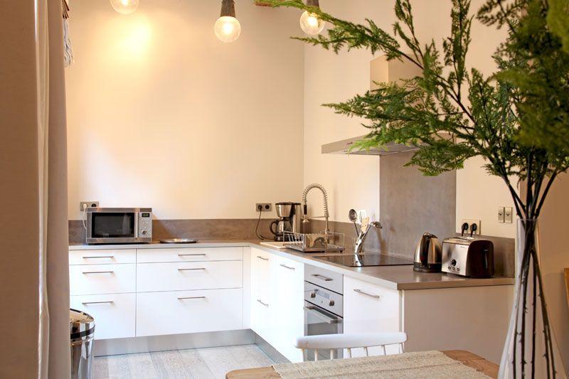 Mêlant béton ciré et blanc laqué, la cuisine adopte un look naturel