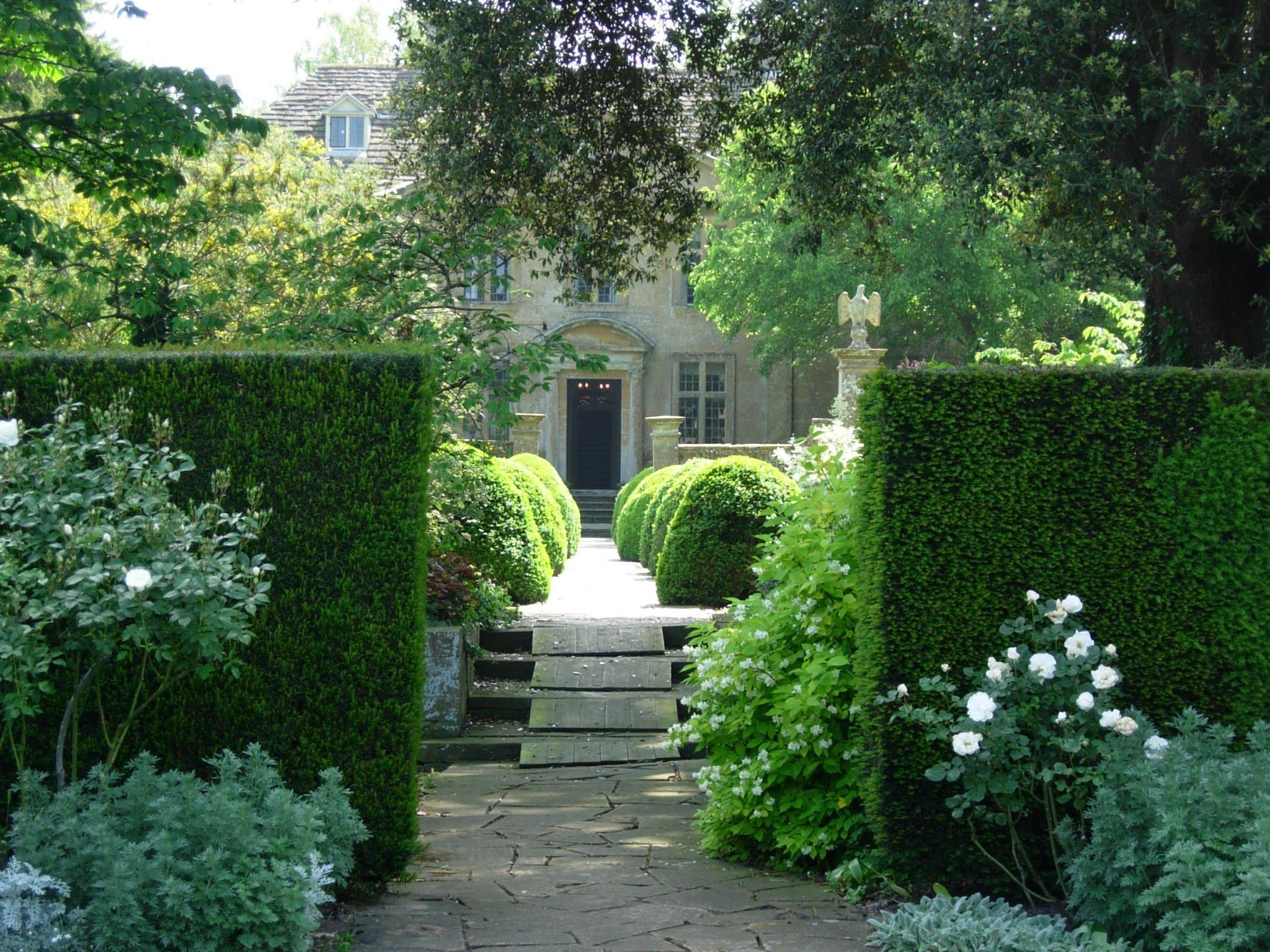 Tintinhull Garden Near Yeovil Somerset The Arts And Crafts Style Garden Was Originally Laid Out B English Garden Design Garden Landscape Design Dream Garden