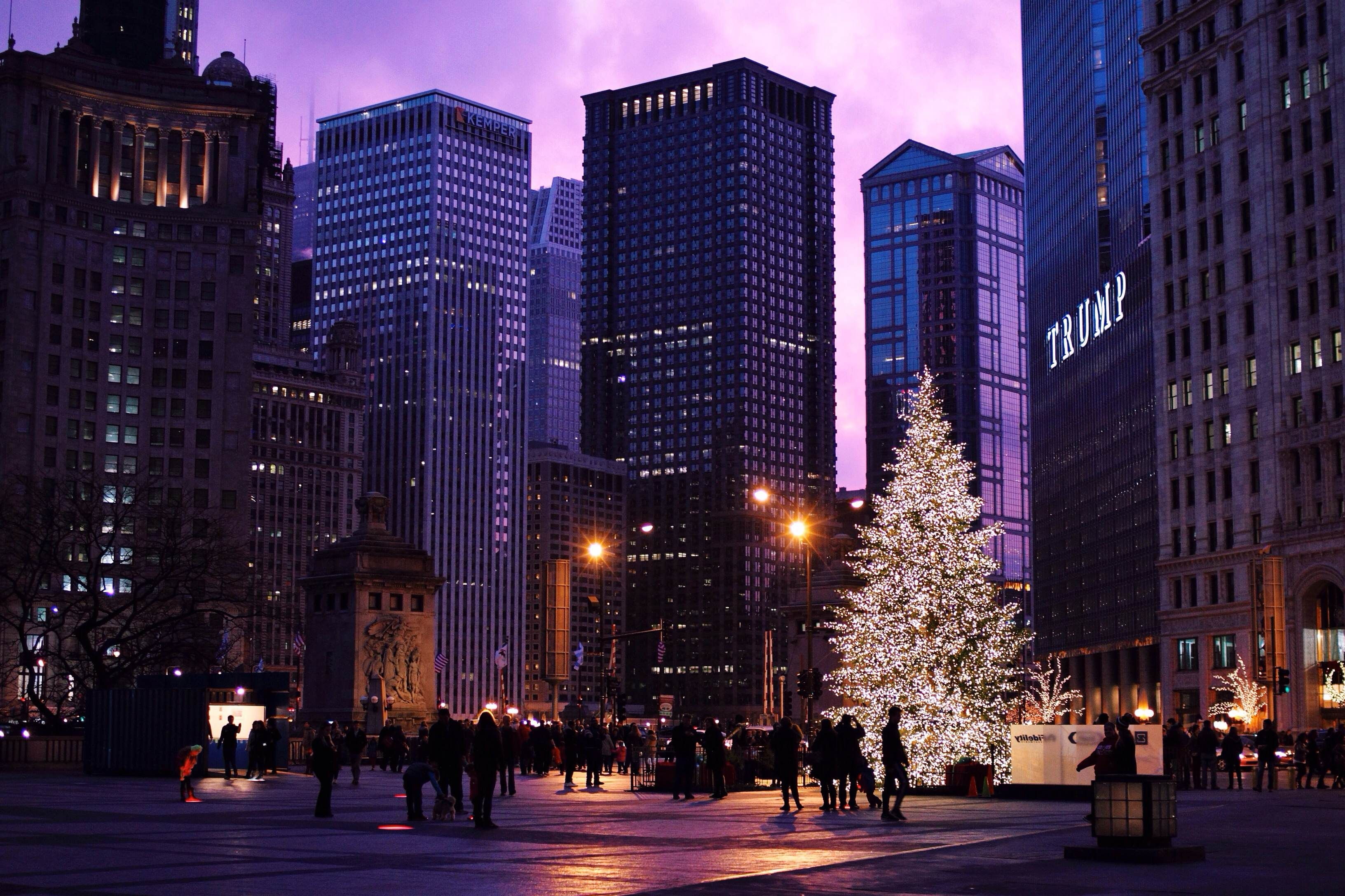Christmas Tree At Night In Michigan Avenue Plaza In Downtown Chicago Beautiful Chicago Photos Chicago Photos Downtown Chicago Chicago Street