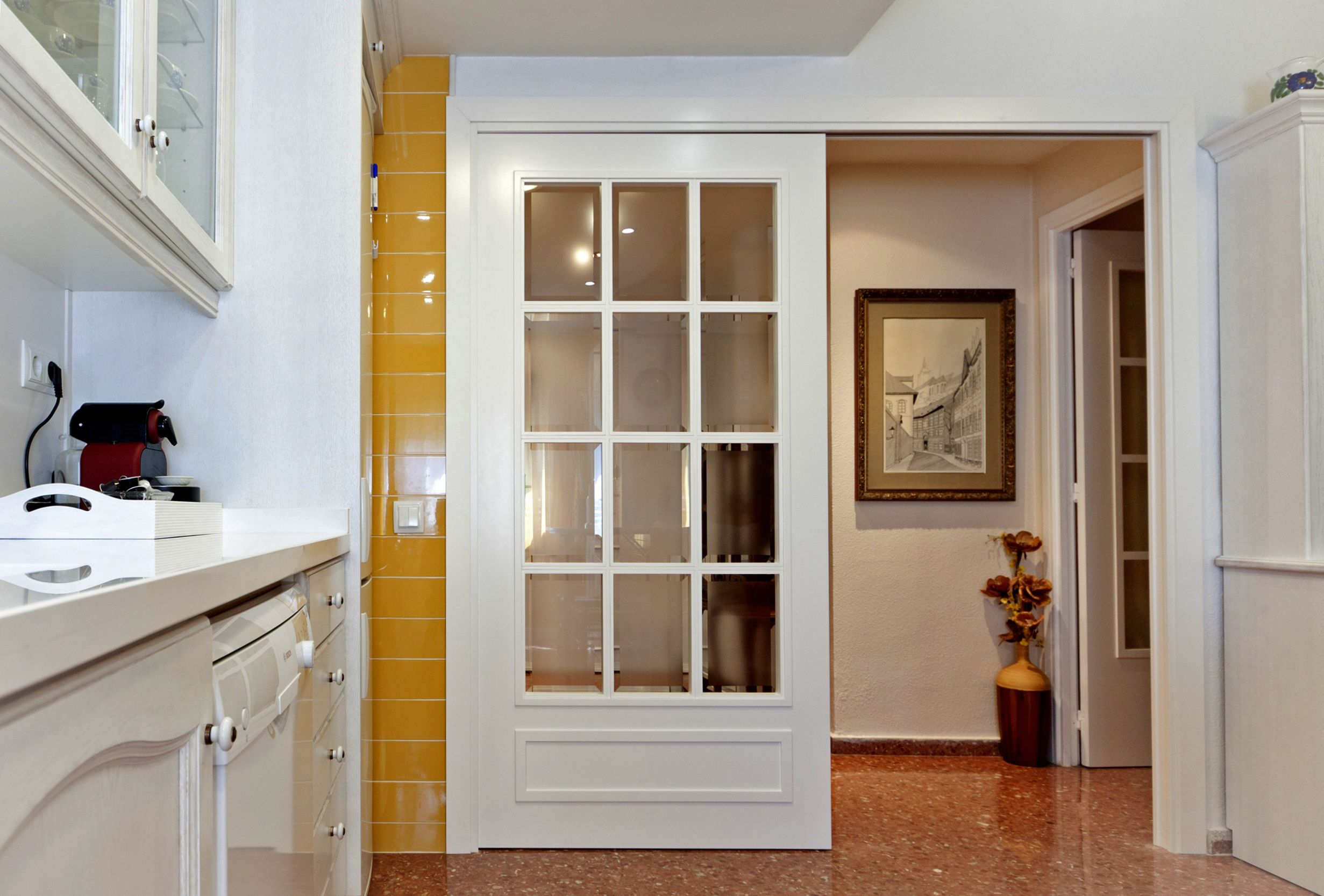 Puerta corredera blanca en concepto separador de ambientes for Puerta corredera blanca