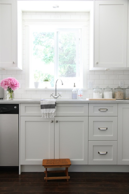 Gorgeous Kitchen With White Shaker Cabinets Painted Benjamin Moore Cloud White Paired New Kitchen Cabinets Kitchen Inspirations Painting Kitchen Cabinets White