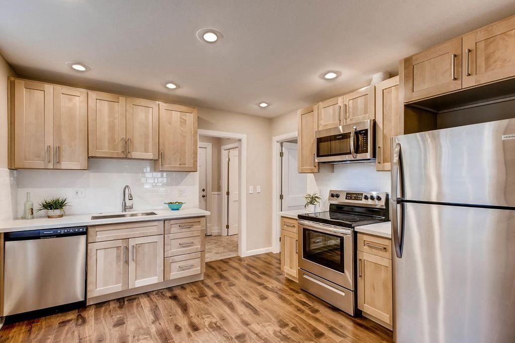 Natural Maple Shaker Kitchen With Arctic Mist Countertops Maple Kitchen Cabinets Natural Kitchen Cabinets Natural Wood Kitchen Cabinets
