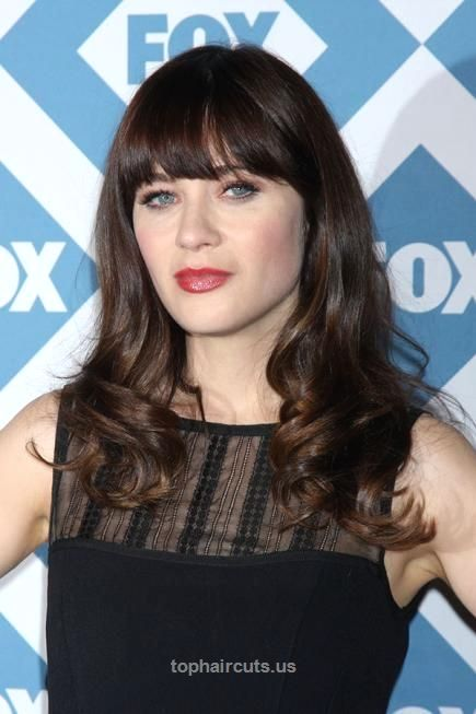 20 Flattering Hairstyles for Oval Faces Zooey Deschanel's signature fringe accentuates both her pretty blue peepers and her killer cheekbones without appearing too heavy. #ZooeyDeschanel ..  http://www.tophaircuts.us/2017/05/15/20-flattering-hairstyles-for-oval-faces-5/
