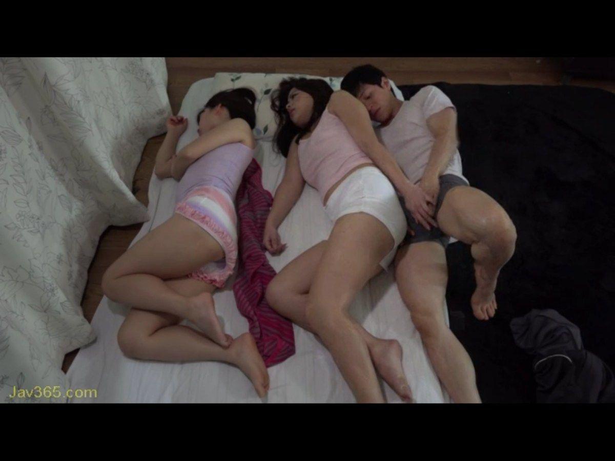 Порно япония муж спит рядом