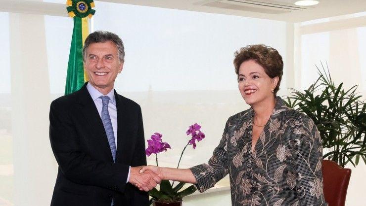 O golpe no Brasil refluí. O apoio internacional à presidente assusta os defensores do impeachment. O mundo pede que a saída para a crise seja negociada.