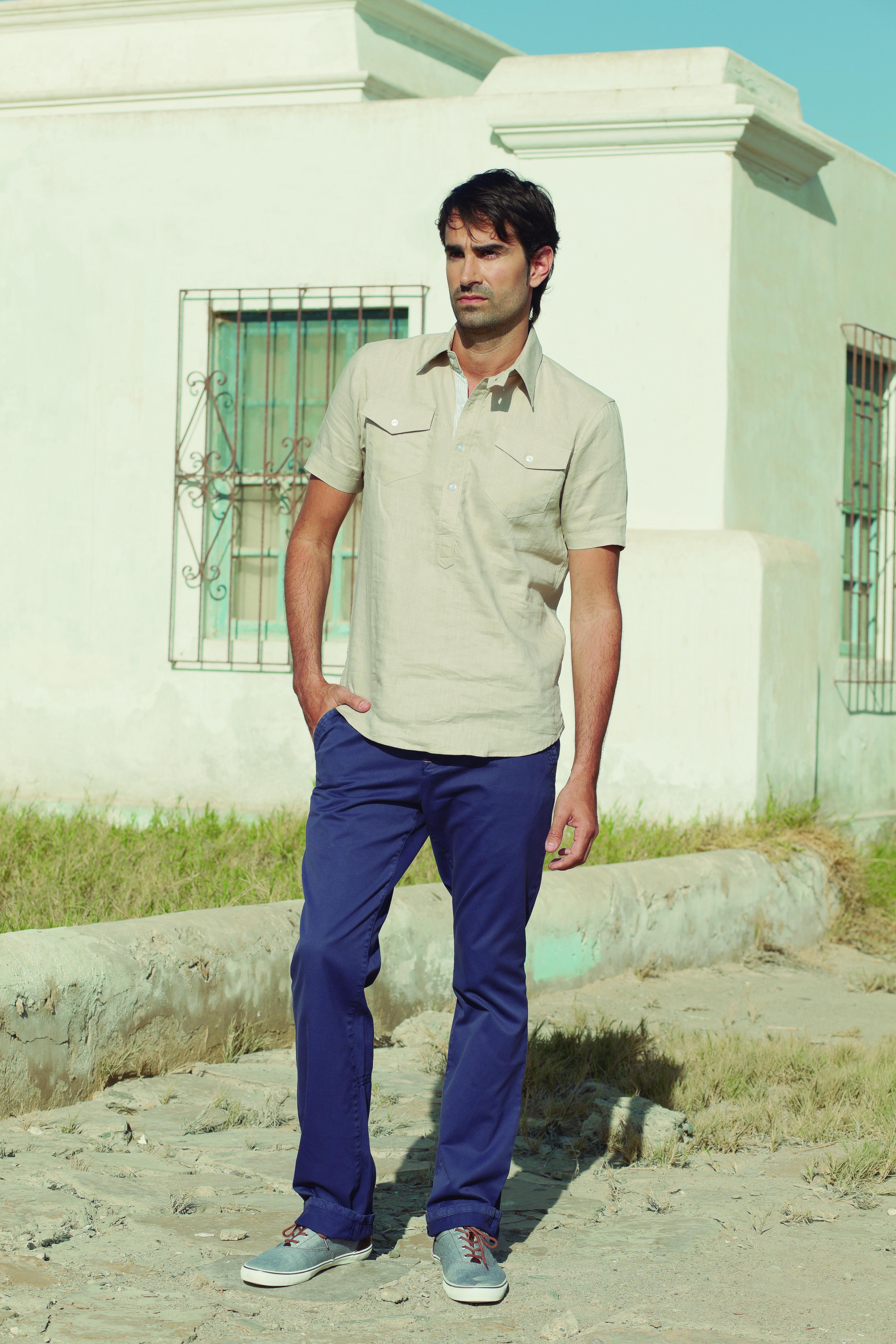 Camisa de lino con media pechera (código: OMCC0014) - Pantalón de drill con detalles en bolsillos (código: OMPA0009)