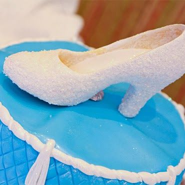 Disney Wedding Inspiration: Cinderella's Glass Slipper as a Cake Topper