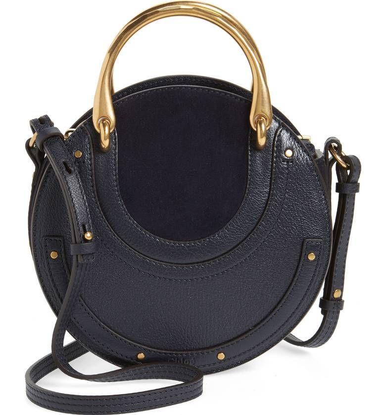 941e5f4ddd La tendencia de los bolsos redondos acapara todas las miradas del street  style. Su peculiar