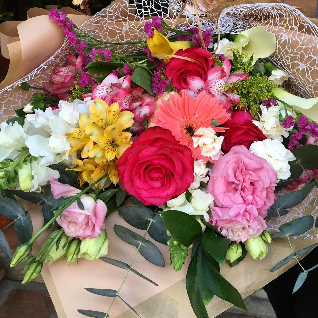 """Floricultura Celeiro da Flor 🌻 on Instagram: """"Buquês, quem não ama né?! Encomende já o seu ❤️ Um dos nossos queridinhos é esse da foto, todo colorido com um mix floral ⬆️✨ gostou?…"""""""