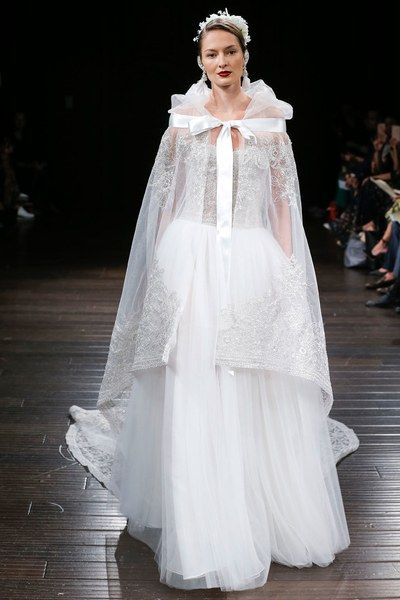 See the complete Naeem Khan Bridal Fall 2018 collection.