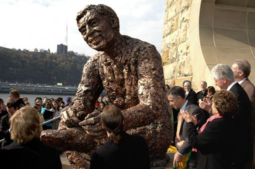 Pittsburgh Mr Rogers Statue Onlookers Give Robert Berks S Statue Of Fred Rogers A Round Of Applause At Its Unveiling On The Nort Fred Rogers Mr Rogers Rogers