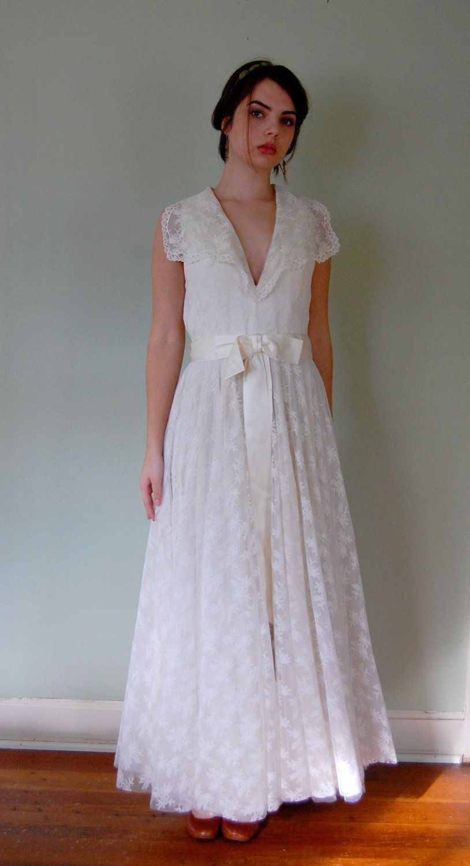 1960s Wedding Dress V Neck Sleeveless White Lace Full