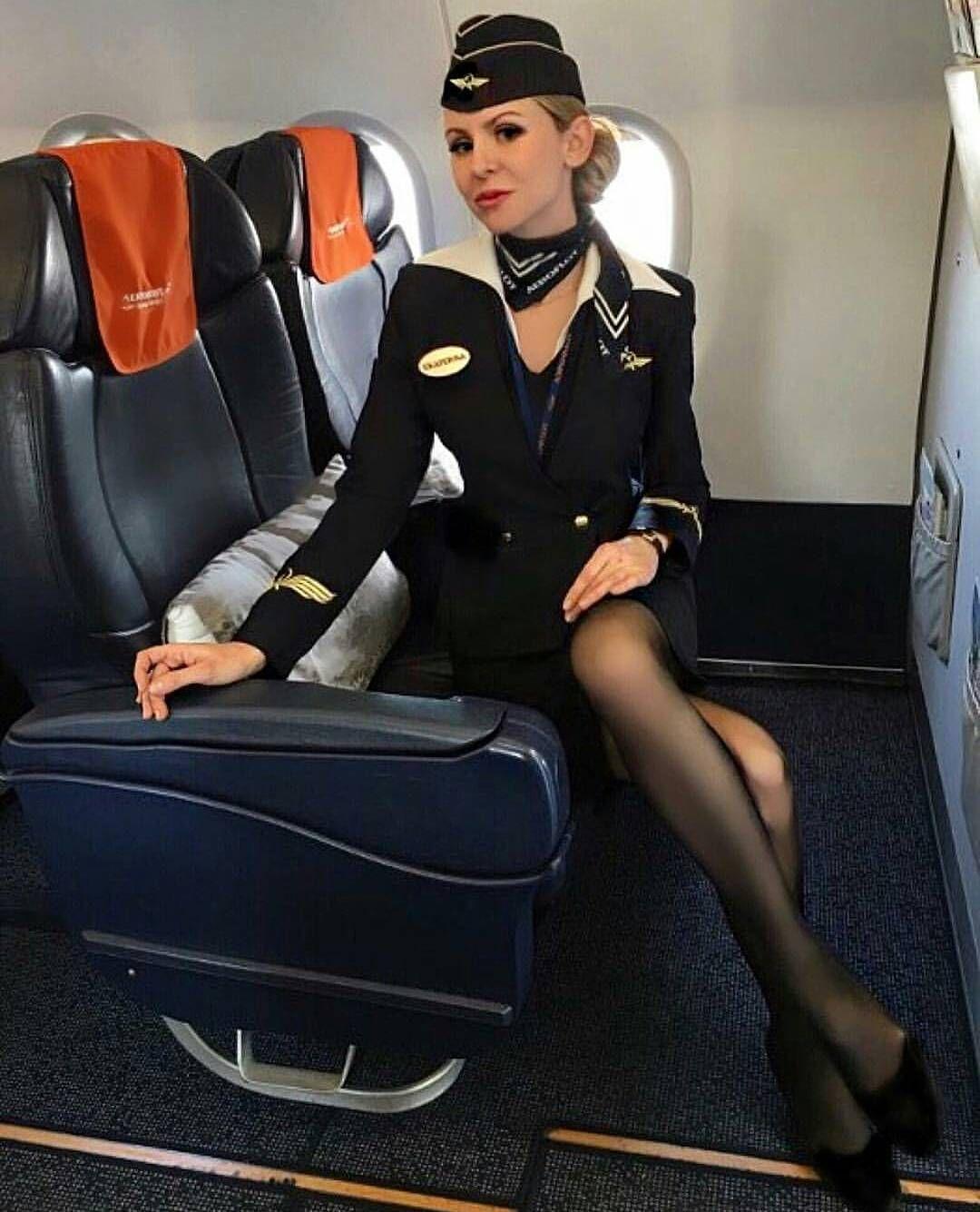 Красивую стюардессу трахнули в самолете
