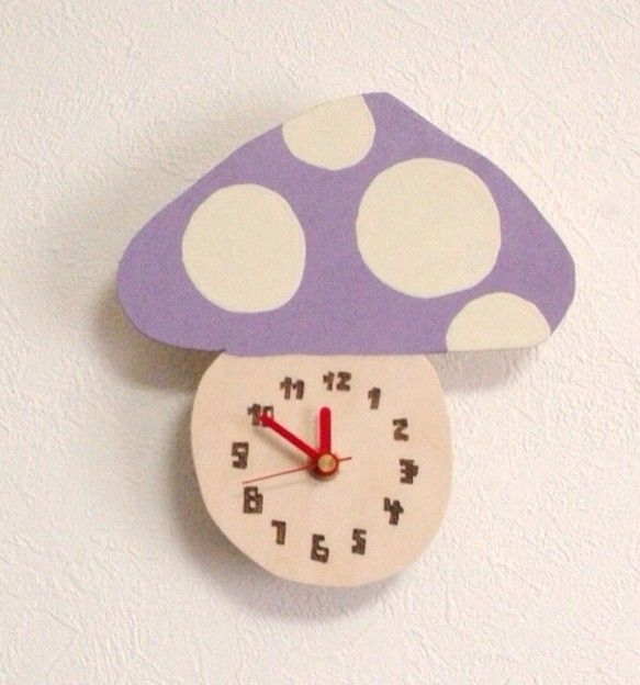 キノコのカタチをした木の壁掛け時計です。ペンキ(ツヤ無し)でデザインしております。焼き具合は写真と異なる場合がございます。ご了承ください。▼数字フォント太いゴ... ハンドメイド、手作り、手仕事品の通販・販売・購入ならCreema。