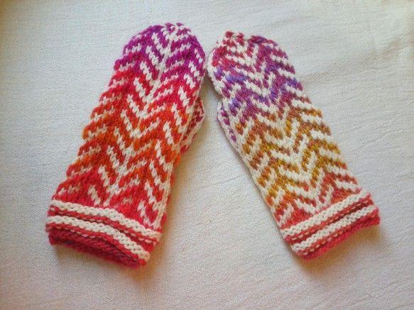 暖かいメリノウールと、グラデーションの糸を使ったミトンです。 ハンドメイド、手作り、手仕事品の通販・販売・購入ならCreema。