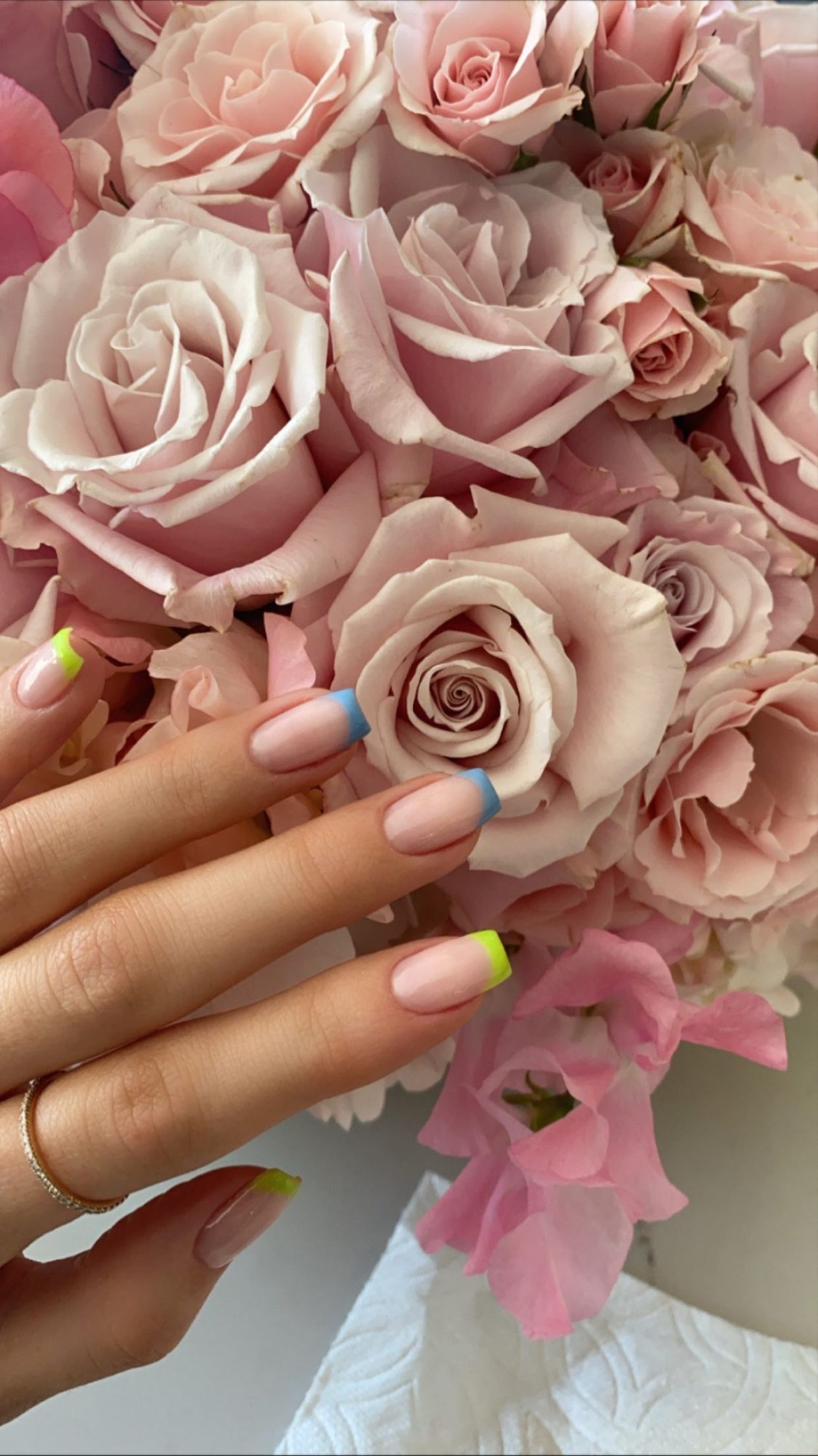 Kylie Jenner Colorful French Manicure Nail Art In 2020 Sparkle Gel Nails Kylie Jenner Nails Simple Gel Nails