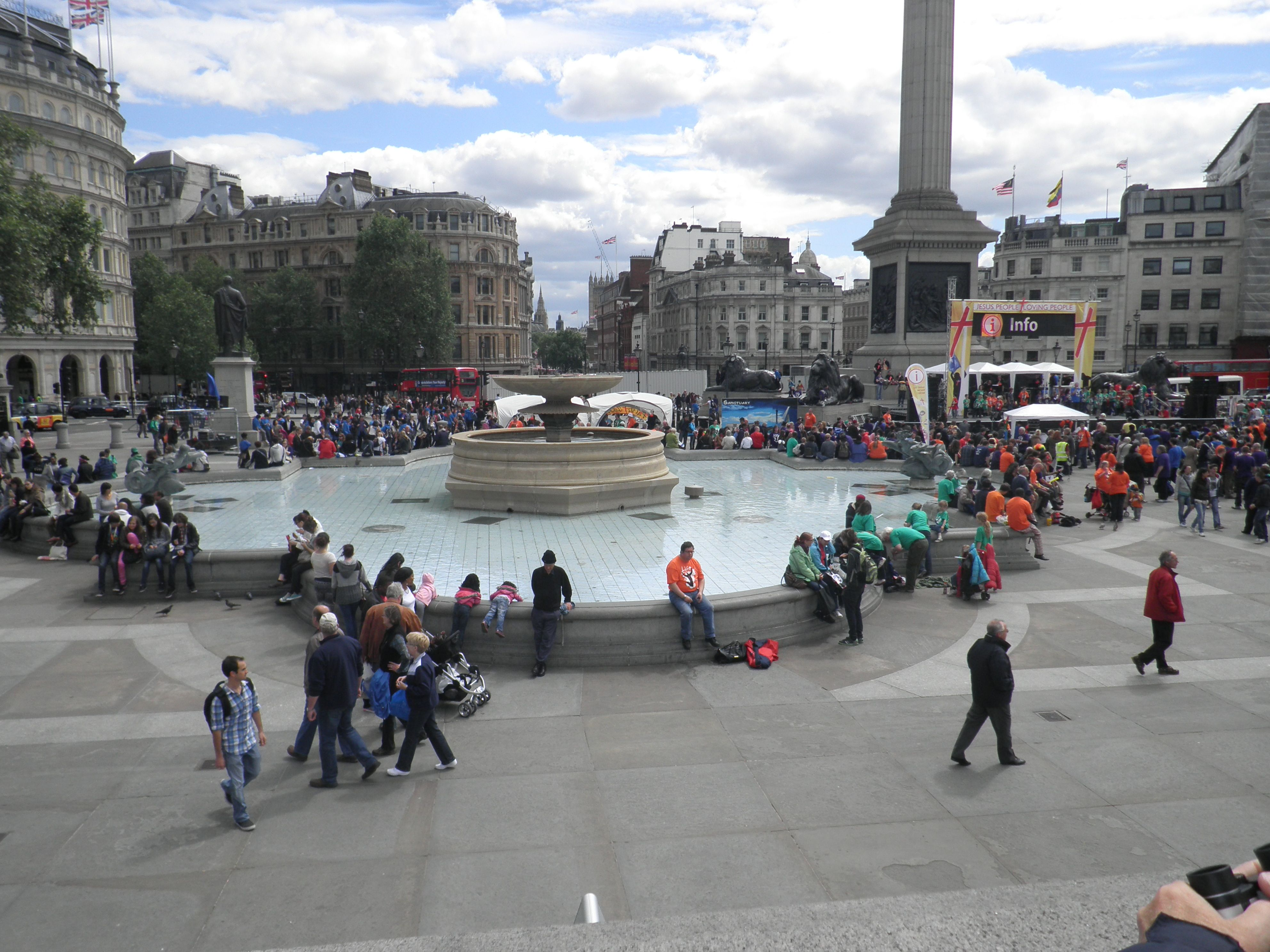 Trafalgar Square Is A Public Space And Tourist Attraction In Central London Built Around The Area Formerly Known As Charing Nelson S Column London Love London