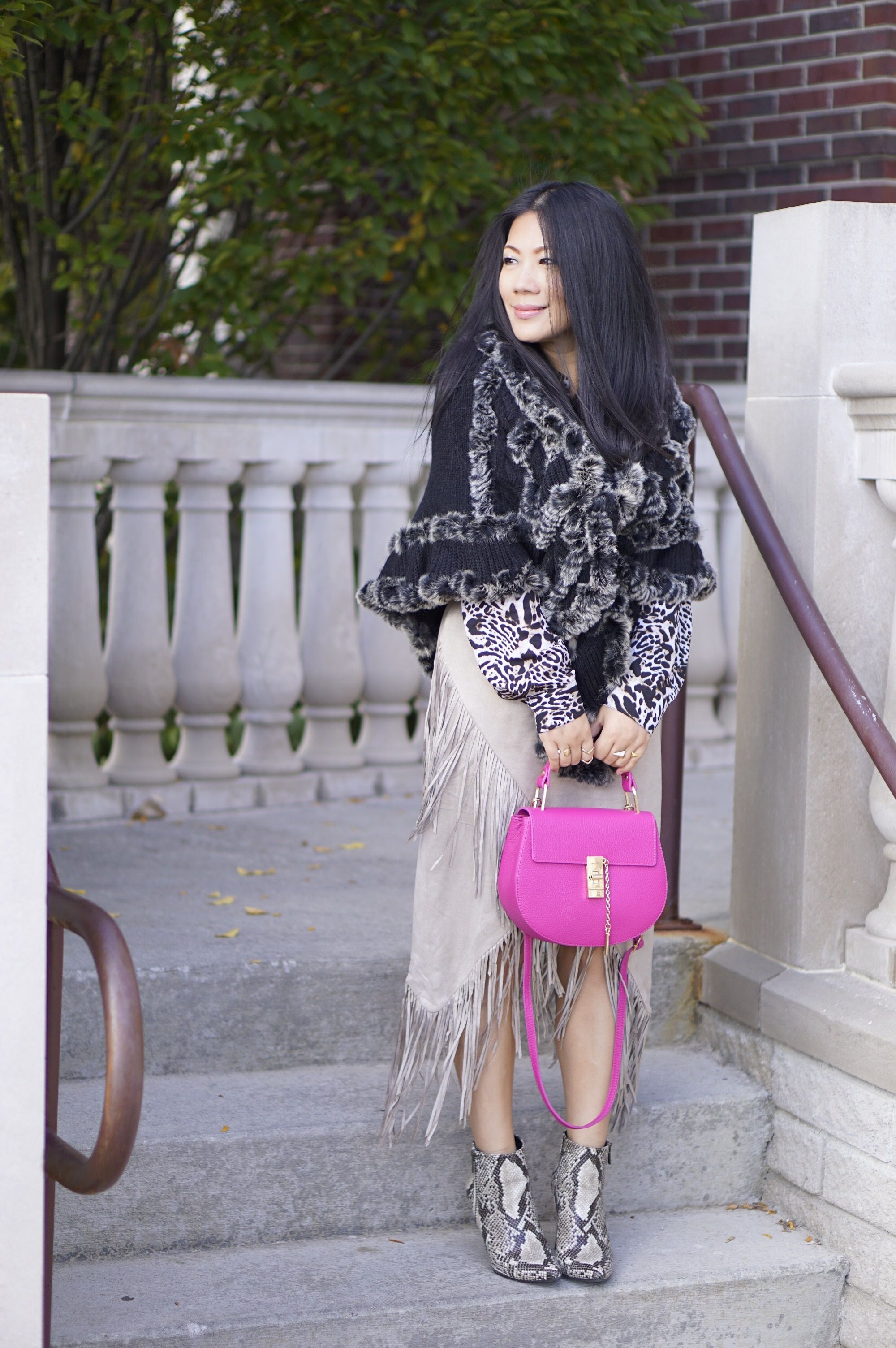 fall street style beige fringe skirt+fur sweater cape+pink bag+snake skin booties