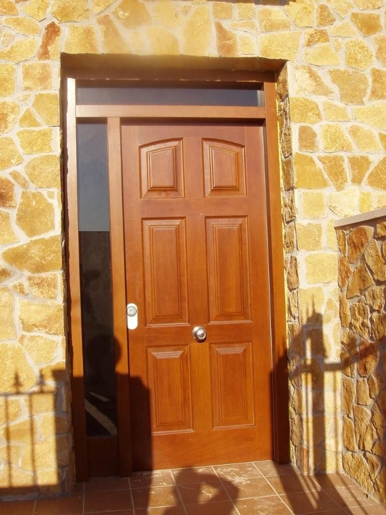Puertas de madera puerta de entrada armoire home for Puertas de madera maciza exterior