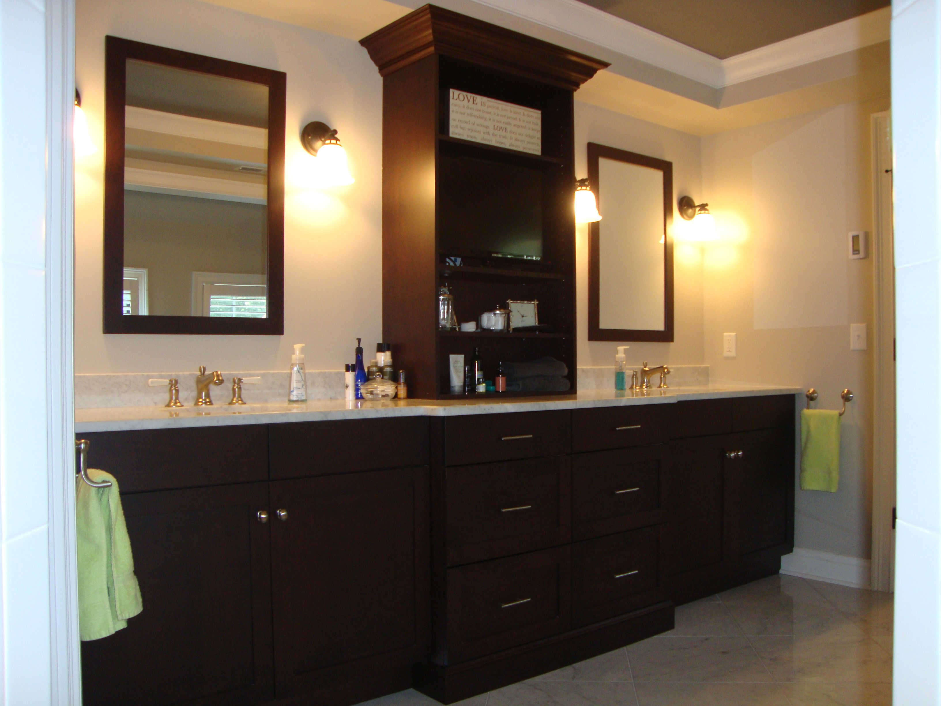 Bathroom vanities and linen cabinets luxury master for Master bath vanities pictures