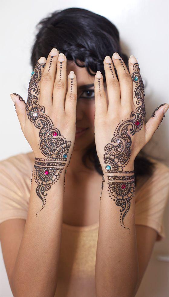 Simple hena design but definitely beautiful.