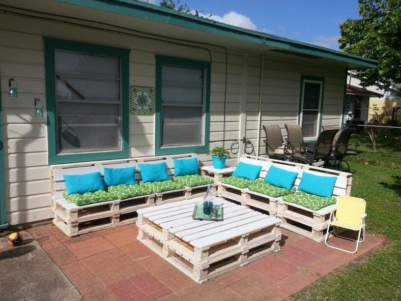DIY Pallet Patio Furniture: 8 Pallets $16, Weatherproofing Stain $30, Paint