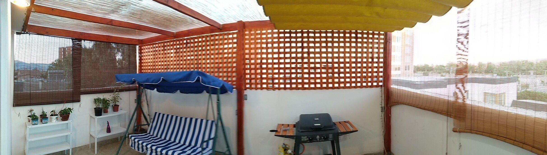 Terraza De Madera Cubierta Con Planchas De Polibambu Y Un