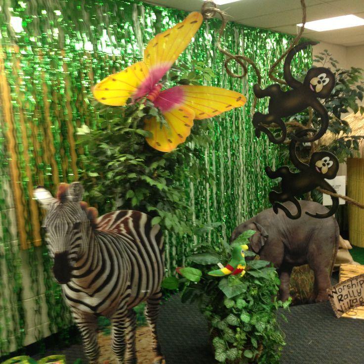 like the green streamers against wall , vbs jungle theme decorations