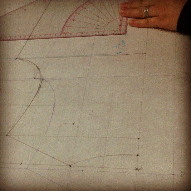 الستات عم بتعلموا رسم بترون فستان بيسك من غير بينسات دورة تصميم ازياء Design Fashion Design Projects To Try