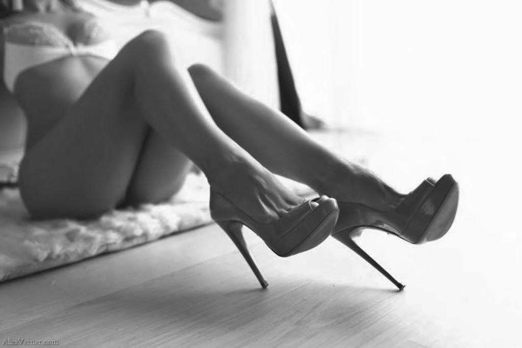 naked-ladies-in-high-heels-butch-lesbian-seduces-her