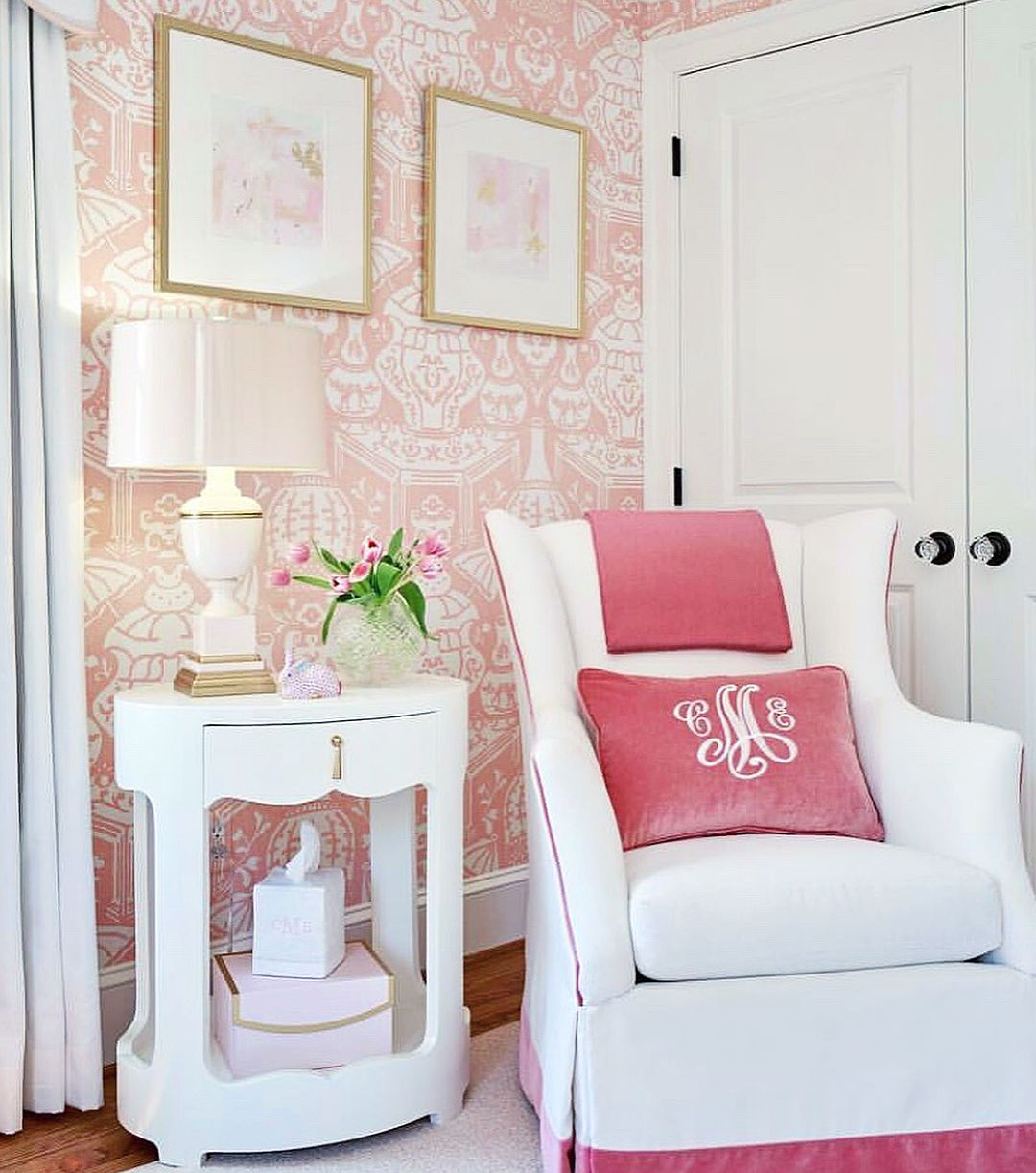 Pretty in pink. 🌸 We love this sophisticated nursery room
