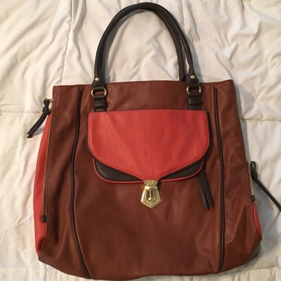 Steve Madden handbag Super cute Steve Madden handbag. Color goes with just about everything. Has som many hidden compartments, can even be used as an over night bag! Steve Madden Bags Shoulder Bags