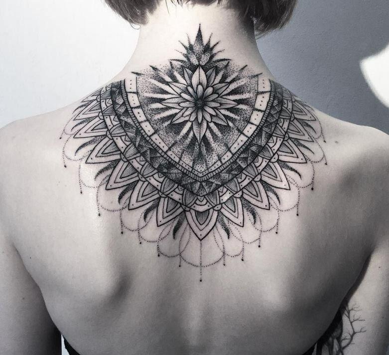 Girl With A Mandala Design Tattoo On The Back Of Her Neck Tatoeage Ideeen Nektatoeages Tatoeage