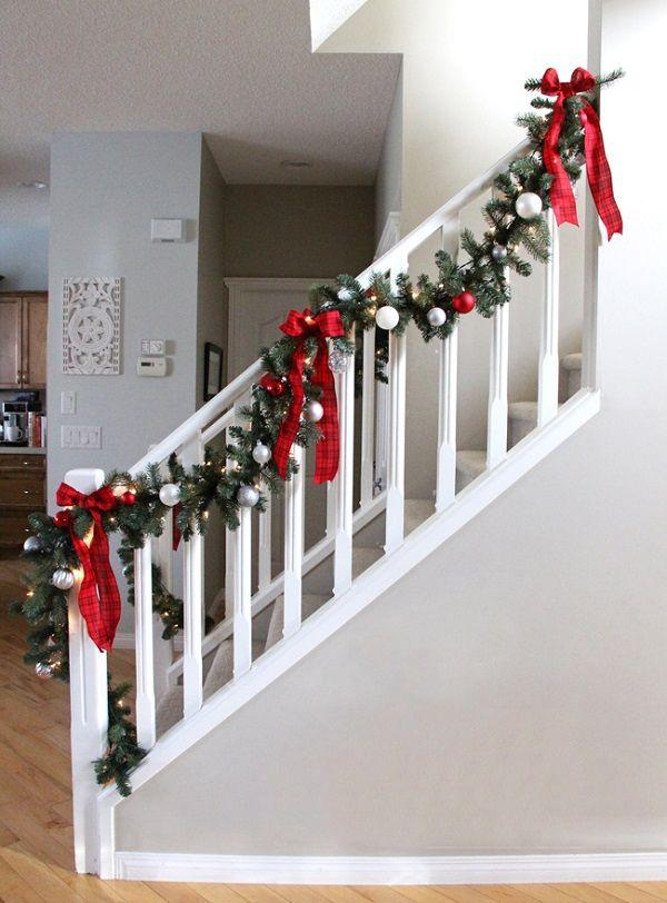 Decoración Navideña guirnaldas en las escaleras Oficina