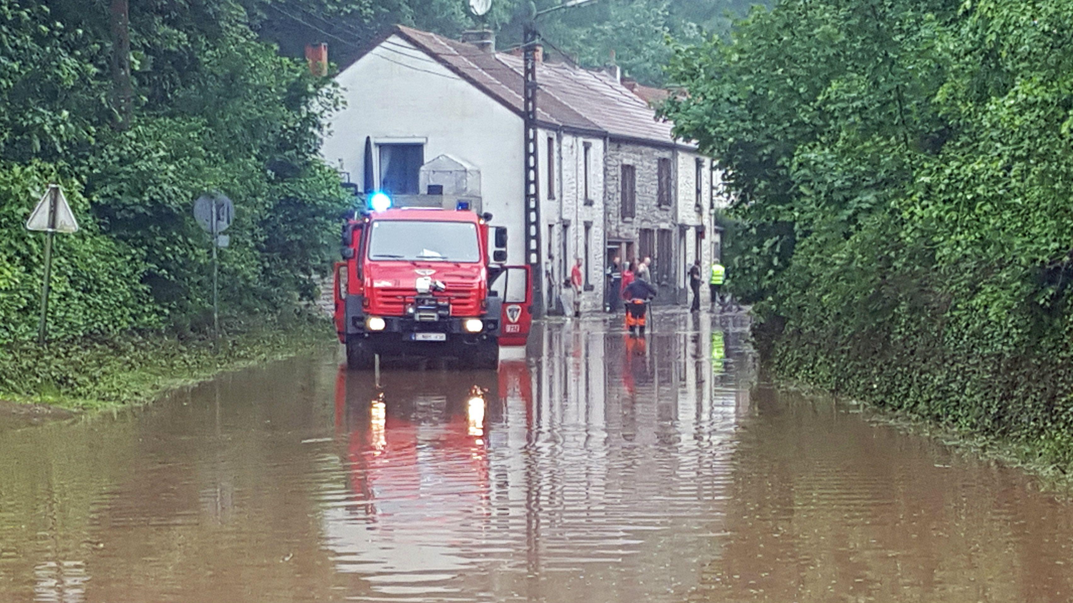 Ook vanavond trekken er opnieuw onweders boven ons land. Die gaan plaatselijk gepaard met hevige regen. In de provincie Luik is het provinciaal rampenplan afgekondigd. In Welkenraedt was een bejaarde vrouw vermist na de overstromingen. Haar levenloze lichaam werd intussen teruggevonden.