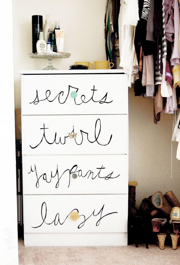 ♥ Eu quero: TALVEZ nomear as gavetas dentro do guarda-roupa assim.