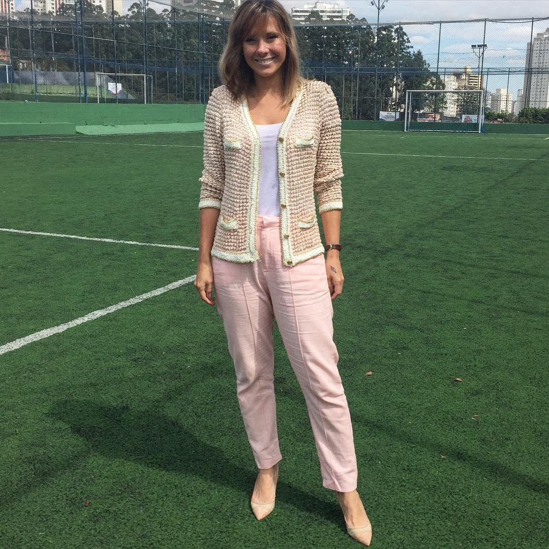 """""""#dujour na aula de futebol do Be: casaqueto @carolbassibrand, calça @adorofarm #lookdodiadavidareal #monicacomglamour"""""""