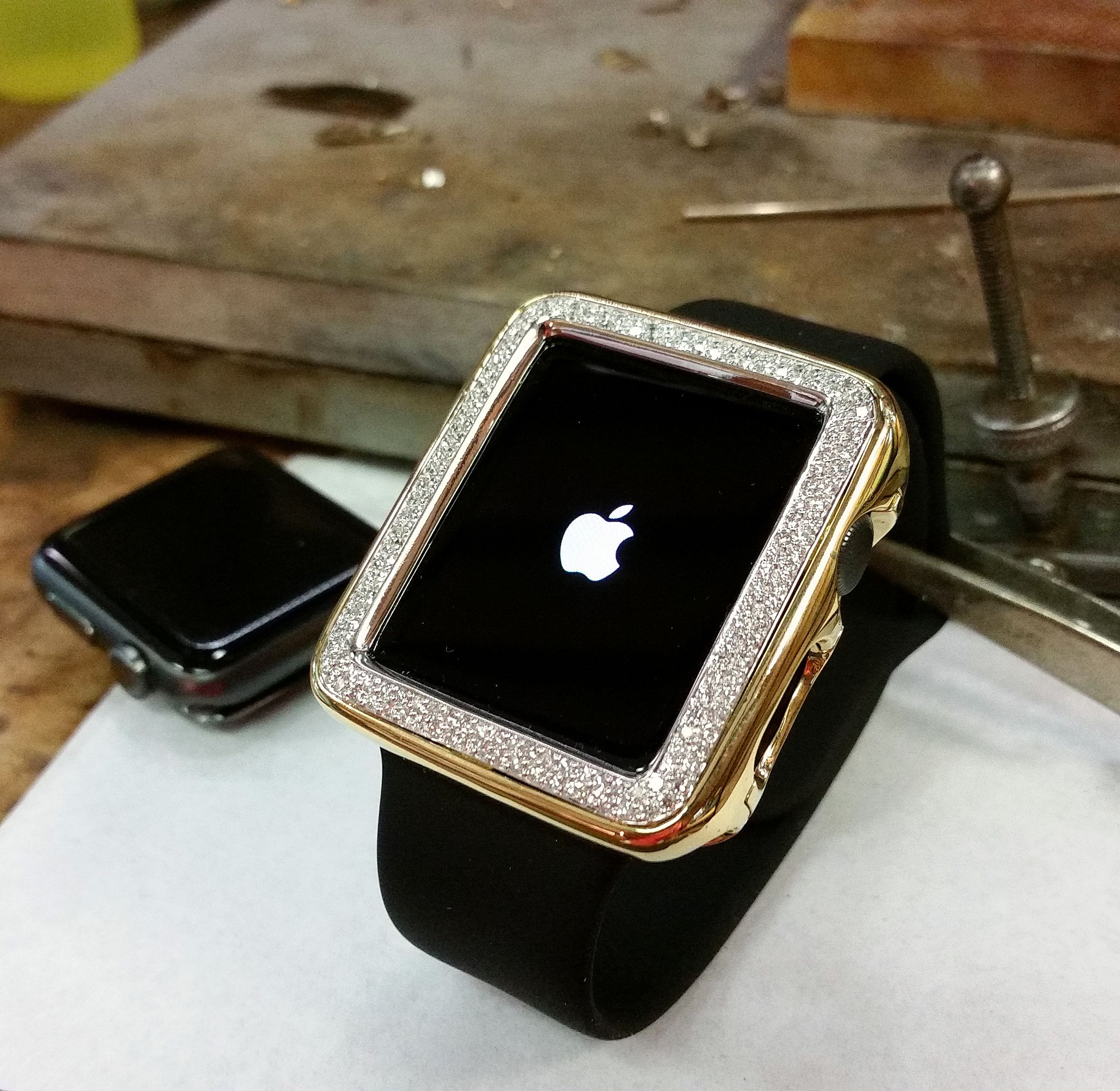 sale retailer 7bc1a ecfa3 Handcrafted Apple Watch case in 18kt gold with diamond bezel ...