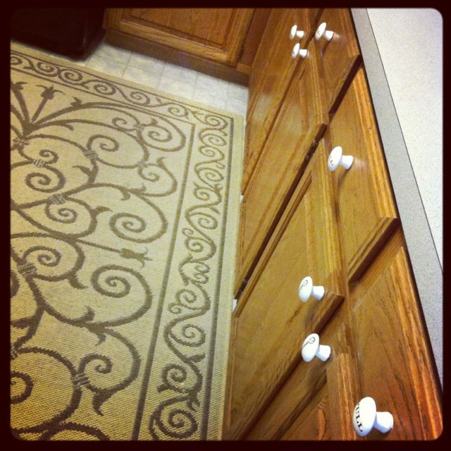 We finally finished ! We put drawer pulls on all our cabinets :)