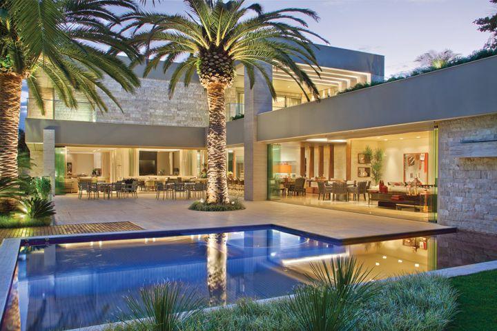 A arquitetura em l abra a a piscina com ilumina o for Casa moderna 4 ambientes
