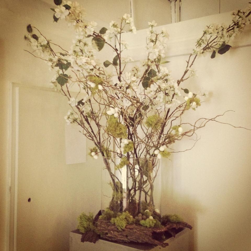 Paas decoratie hal groen wit bloesem takken kleine trosjes witte eitjes met mos bloemen - Decoratie hal huis ...