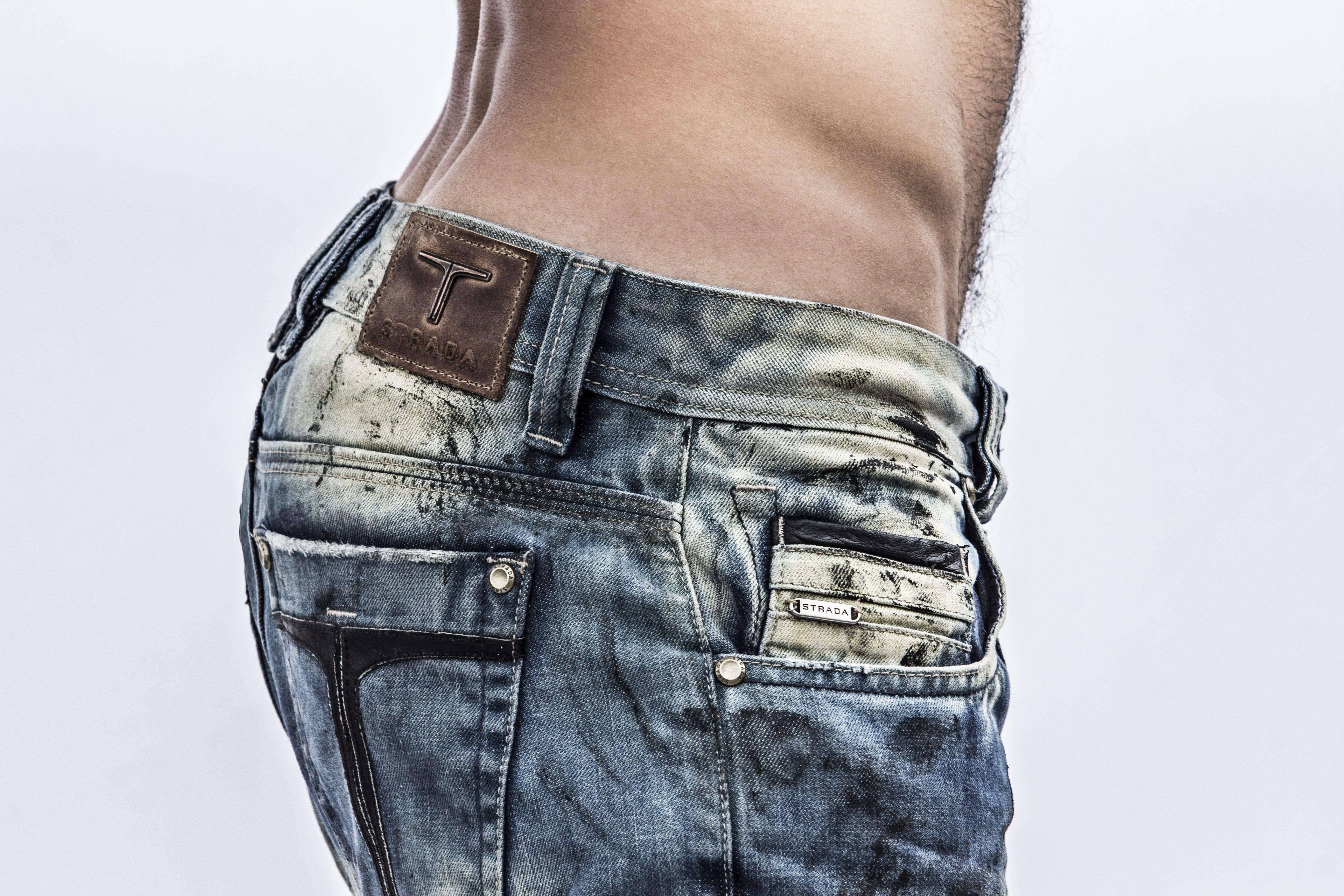 Identidad impresa en unos #vaqueros somos #stradainvoga #jeanswear #jeans #tejanos #denim #sexy #mens #hombres #marcascolombianas #lavadosindustriales #moda #ventas #Medellin #blogger #Bogota #body #mezclilla #fashionphotographer #fashiondenim