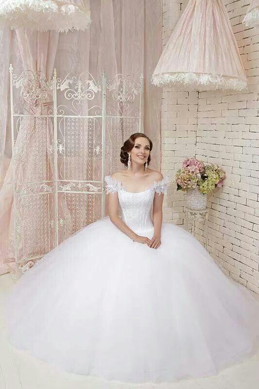 ما أجملك بهذا الفستان الأبيض فهل سيكون هذا التصميم من إختيارك للمساعده تواصلي معنا على الواتس اب او صفحة الفيسب Wedding Dresses Bride Ball Gown Wedding Dress