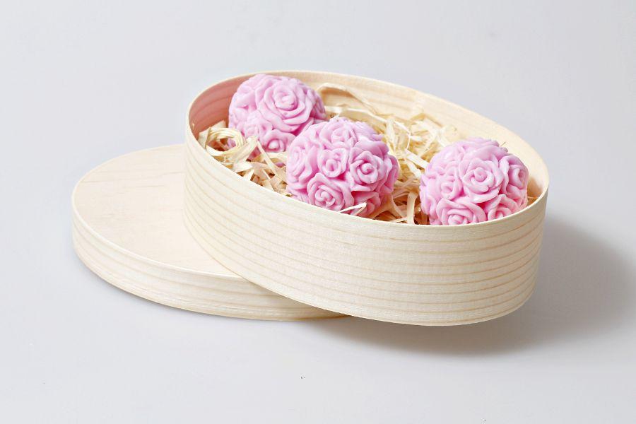 Owalny zestaw mydełek na prezent.  Zestaw 3 szt ręcznie formowanych mydełek glicerynowych - ,,Kulki z róż'' w kolorze różowym o zapachu owocowym, zamknięte w drewnianym owalnym pudełeczku.  Mydełka dostępne w butiku Madame Allure!